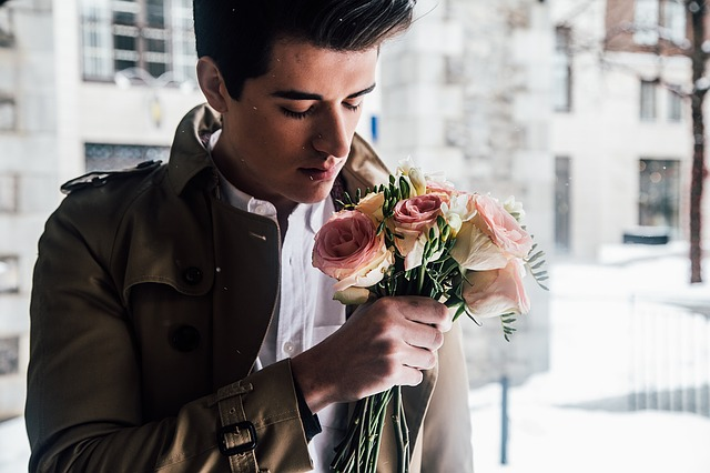 muž s růžemi