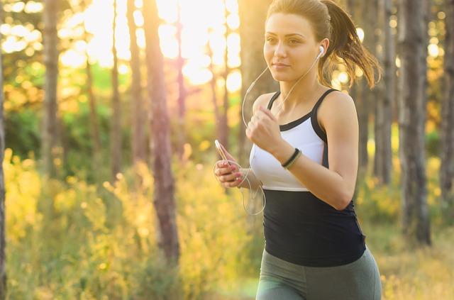 žena běžící v lese